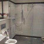 Il bagno, pulitissimo e spazioso (la foto non rende giustizia alla dimensione)