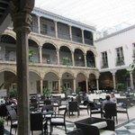 Атриум, куда выходят крытые галереи отеля