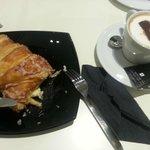 Cornetto crema catalana + cappuccino