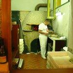 Натуральные печь и пиццерийщик,создатели показанной пиццы