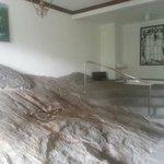 La roccia in camera e la vasca idromassaggio
