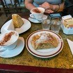 Пирожное и кофе в кафе