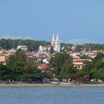 Вид на городок и отель с острова в заповеднике