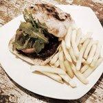 Delish burger & chips