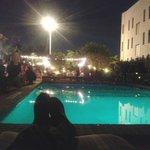 Noche en el area de piscina.