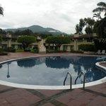 Una de las 3 piscinas con las que cuenta el hotel