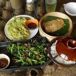 地元野菜の炒め物(SUSU)、スモークポークの炒め物、虹鱒のハーブ蒸し、ごはん