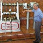 Don Francisco Nuñez de Prado enseñando las instalaciones