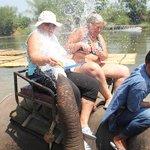Вот мы купаемся со слониками.