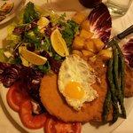 Cotoletta con uovo, asparagi, patate e verdure