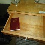 Bíblia na gaveta da escrivaninha