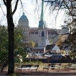 Для средневекового города, закованного в камень, такой сквер в центре города - большая удача