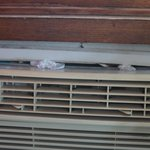 Uralt-Klimaanlage mit Toilettenpapier abgedichtet