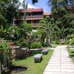 Маленькая часть сада, отель THAVORN