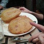 Tortos de maiz con jamón, huevos, patatas de la güela y pimientos