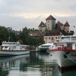 Вид на замок с озера Анси