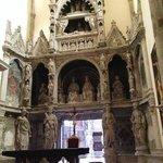 l'insolito ingresso della cappella Caracciolo del sole
