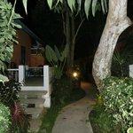 bei Nacht Weg zum Bungalow