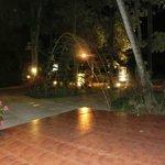Eingang zum Hotel bei Nacht
