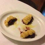 Filetto di merluzzo su letto di cipolle di trope e uvetta
