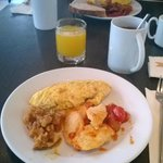 le petit dejeuner...omelette et poulet tomate...miam!