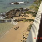 Вид на пляжик у отеля с балкона