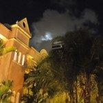 Hotel em noite de lua linda