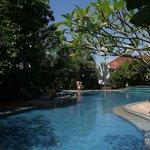 Blick auf Pool und Hotelanlage...