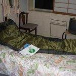 洋室のベッドの上でシュラフのチェック