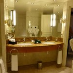 geräumiges Bad in der Suite
