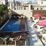 Vue sur la terrasse avec la piscine depuis le rooftop