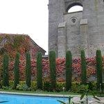 Piscine extérieure, au pied de la basilique