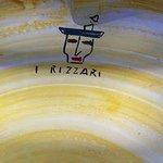 piatto di ceramica con logo