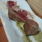 Atún con curry fresco y ralladura de nuez de Macadamia