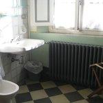 lavandino e bidet in camera