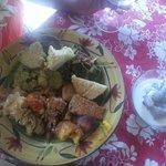 Une bonne assiette de maa Tahiti sans oublier le bol de fafaru qu'il fau4