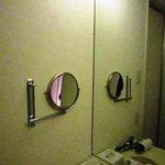 洗面台脇の拡大鏡?(笑)