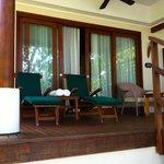 la villa avec transats et salon extérieur ainsi que 2 transat spécial mer