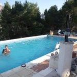 la grande piscine avec des chaiseslongues autour pour le repos
