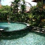 Просторный, глубокий, чистый бассейн