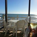 Ottima location...mangiare pesce con il rumore del mare come sottofondo è il massimo!