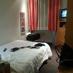 La stanza con macchie su moquette