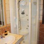 Baño de la habitación 301 - Ducha un poco justa
