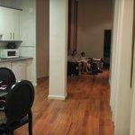 Vista de la cocina y el área de estar