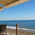 Nous voilà installés sur la terrasse du Beach Club Fuerte Miramar