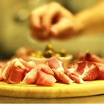 .. plateau jambon et capres, buffet bar à vins