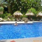 tiene dos piscina y un jacuzzi. Esta es la piscina con agua caliente.