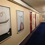 同一の作者と思われる絵画が廊下の両側に端から端まで並ぶ。どういう趣旨でこういう絵画にしたのか、まったく不明。