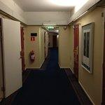 廊下にならぶ絵画。どこがよいのかわからん。誰の趣味?