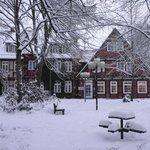 Hotel im tief verschneiten Winter